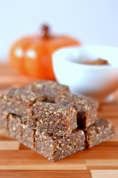 A sweet seasonal treat made with nuts, dates and pumpkin pie spice. If you like Larabars these pumpkin pie spice larabar bites are for you! Paleo and vegan.