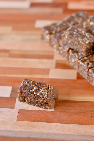 A sweet seasonal treat made with nuts, dates and pumpkin pie spice. If you like Larabars these pumpkin pie spice larabar bites are for you! Paleo, vegan and gluten-free.